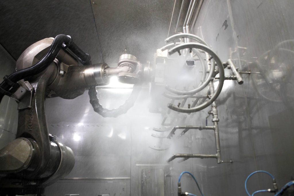 自動車産業における洗浄セル内ロボット